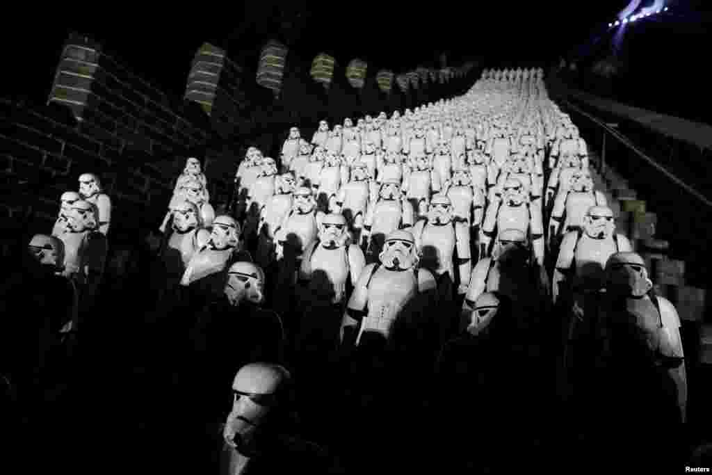 ការចម្លងតួអង្គ Stormtroopers ក្នុងភាពយន្ត Star Wars ចំនួន៥០០រូបត្រូវបានគេប្រទះឃើញនៅលើជណ្តើរនៃផ្លូវ Juyongguan ទៅមហាកំផែងចិន ក្នុងព្រឹត្តិការណ៍ផ្សព្វផ្សាយសម្រាប់ភាពយន្ត Star Wars: The Force Awakens នៅជាយក្រុងប៉េកាំង ប្រទេសចិន។
