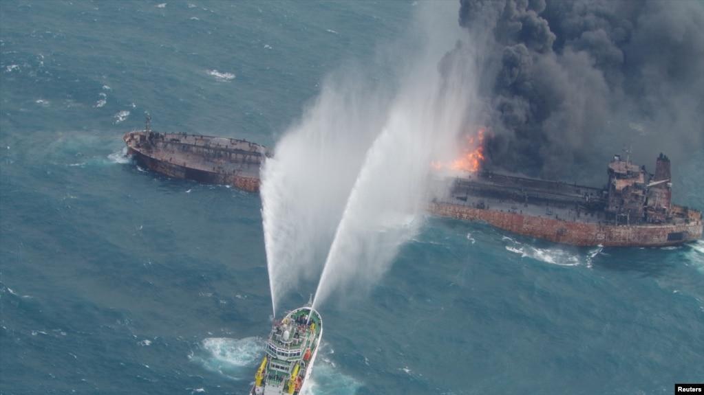 一艘救援船2018年1月12日为伊朗桑吉号油轮灭火(日本海警队提供)