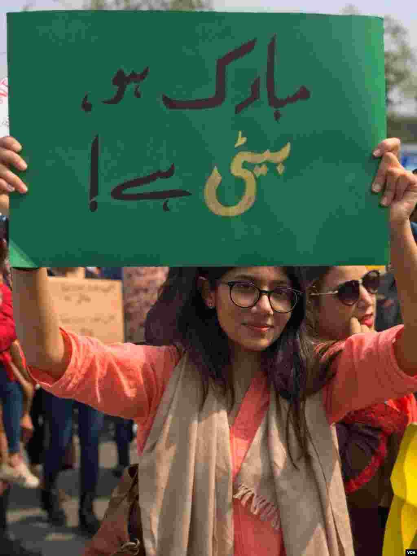 کئی طلبہ کتبوں کے ساتھ مارچ کا حصہ تھے۔