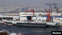 25일 중국 랴오닝 성의 다롄 항에서 취역한 중국 첫 항공모함 랴오닝 호.