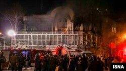 حمله به سفارت عربستان در تهران منجر به به آتش سوزی در این ساختمان شد.