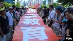 729萬人反洗腦大遊行有9萬人參加,兩個多月間,參加反洗腦教育的香港市民增加了數百倍