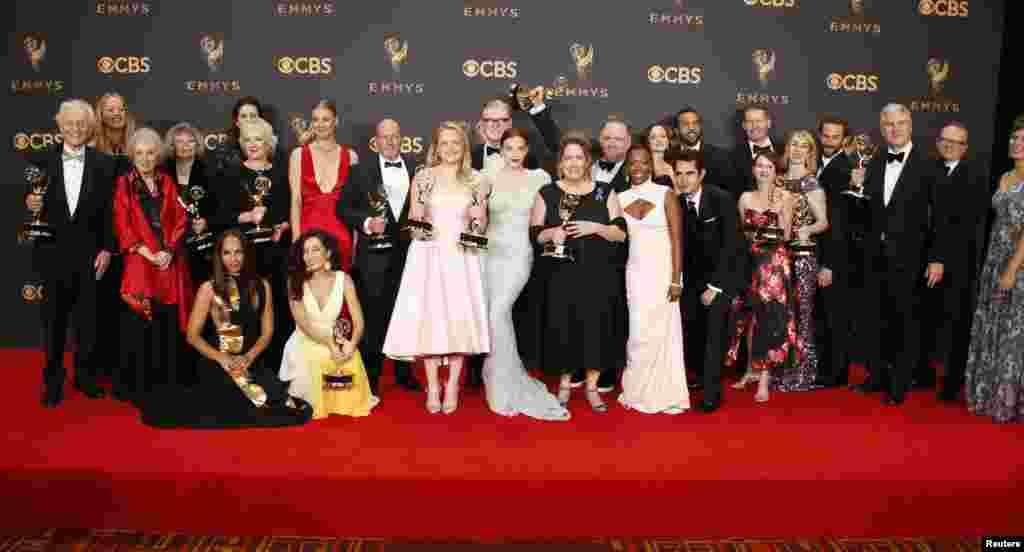 在好莱坞举行的第69届艾美奖颁奖典礼上,《使女的故事》(The Handmaid's Tale )剧组上台领奖,亮相照相(9月17日)。 颇受好评的电视剧《使女的故事》获得了正剧类的最佳电视连续剧、最佳女主角、最佳导演、最佳编剧和最佳女配角五项大奖。