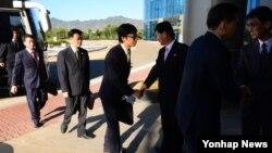 16일 개성공단 종합지원센터에서 열린 개성공단 남북공동위원회 3차 회의에 앞서 남북 대표단이 악수하고 있다.