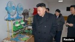 북한 김정은 국방위원회 제1위원장이 평양약전기계공장을 현지지도했다고, 지난 3일 조선중앙통신이 보도했다. (자료사진)