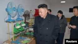 북한 김정은 국방위원회 제1위원장이 평양약전기계공장을 현지지도했다고, 지난 3월 조선중앙통신이 보도했다. 올 들어 북한과 유럽연합 무역액이 상당 폭 늘어난 가운데, 산업용 공장에 쓰이는 가스터빈 등의 설비와 부품 수출이 가장 많은 것으로 나타났다.
