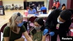 Pearl Werner (13) divaksinasi COVID-19 di sebuah klinik Departemen Kesehatan Masyarakat Philadelphia di Philadelphia, Pennsylvania, 18 Mei 2021. (REUTERS/Hannah Beier)