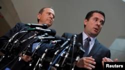 دیفن نونس و ادام شیف در حال صحبت با خبرنگاران در مورد تحقیقات کانگرس