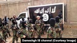 Remaja pria mengikuti pelatihan militer di sebuah kamp di selatan Damaskus, Suriah.