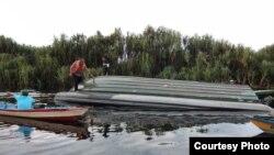 Long boat milik Taman Nasional Sebangau yang terlibat kecelakaan dengan speed boat TNI AD di Sungai Sebangau, Kota Palangkaraya, Kalimantan Tengah, Senin 9 Maret 2020. (courtesy: Basarnas)