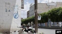 Pripadnik opozicionog plemena tokom sukoba sa bezbednosnim snagama u Jemenu