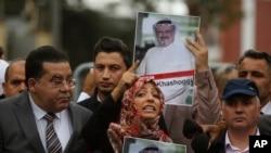 Tawakkol Karman, penerima Hadiah Nobel Perdamaian 2011, dalam konferensi pers terkait hilangnya penulis Arab Saudi, Jamal Khashoggi, dekat Konsulat Arab Saudi di Istanbul, Turki, Senin, 8 Oktober 2018.