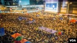 抗议学生持续不断地折出黄色小雨伞 (美国之音方正拍摄)