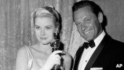 Nữ diễn viên Grace Kelly, tại lễ trao giải Oscar năm 1995, là người Mỹ trong hoàng tộc Monaco khi kết hôn với Hoàng tử Rainier III.