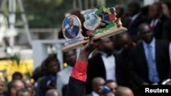 Yon nonm ki kenbe yon foto atizanal nan men li ki montre Prezidan ayisyen an, Jovenel Moïse. 7 Fevriye 2017. Foto: Reuters / Andres Martinez Casares.
