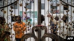 Balandi ba UPADS (Union panafricaine pour la démocratie sociale) libanda lya ndako ya lingomba na bango na Brazzaville, Congo, 25 mars 2016