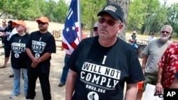 Para pendukung kepemilikan senjata api menggelar aksi protes di dekat lokasi acara peringatan tragedi penembakan massal di Colorado dan Connecticut di Taman Nasional Cherry Creek di Aurora, Colorado (19/7).