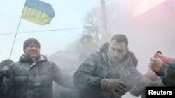 烏克蘭反對派領袖維塔利‧克利欽科(中)