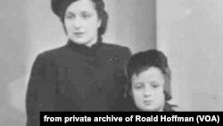 Роальд Гоффман з мамою, 1945 р. Фото з родинного архіву