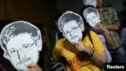 Activistas brasileños utilizan máscaras de Edward Snowden como medida de protesta por las revelaciones que involucran a EE.UU. y sus intervenciones telefónicas a la presidenta de Brasil, Dilma Rousseff.