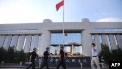 12일 테러용의자 3명의 재판이 진행된 중국 원난성 쿤밍시 중급인민법원 앞에서 경찰이 경계근무를 서고 있다.