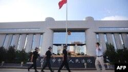 ເຈົ້າໜ້າທີ່ຕຳຫລວດ ທຳການລາດຕະເວນ ທາງເຂົ້າຂອງ ສານປະຊາຊົນຊັ້ນກາງ ໃນເມືອງ Kunming ຢູ່ແຂວງ Yunnan ທາງພາກຕາເວັນຕົກສຽງໃຕ້ຂອງປະເທດ, ວັນທີ 12 ກັນຍາ 2014.