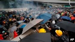 警方向在立法会示威区和政府总部外夏悫道上聚集的市民发射催泪弹