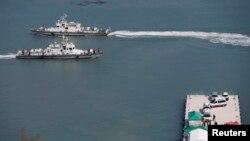 Tàu của cảnh sát biển Hàn Quốc cập bến Jindo ngày 23/4/2014. Hàn Quốc dự định xây các ụ đảo nhân tạo với chi phí khoảng 7 triệu đôla để ngăn chặn tàu Trung Quốc đánh bắt hải sản trái phép.