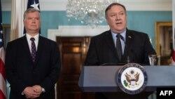 마이크 폼페오 미국 국무장관(오른쪽)이 23일 국무부 청사에서 기자회견을 열고 공석이었던 대북정책특별대표에 스티브 비건 포드자동차 부회장을 지명했으며, 다음 주 함께 북한을 방문할 예정이라고 발표했다.