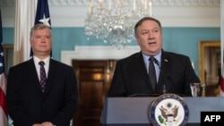 Novi američki izaslanik za Severnu Koreju Stiv Bigan i američki državni sekretar Majk Pompeo na konferenciji za novinare u Stejt departmentu, 23. avgust 2018.