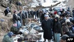 Mahalliy aholi bombardimon qurbonlari jasadlari atrofida to'plandi. 29-dekabr 2011-yil