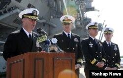 미 해군 칼빈슨 항모강습단을 이끄는 제임스 킬비(왼쪽) 해군 소장이 15일 부산 해군작전사령부에 입항한 항공모함 앞에서 인사말을 하고 있다.