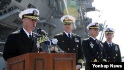 美國航母卡爾·文森的指揮官詹姆斯·基爾比(左)是在釜山海軍作戰司令部發言。