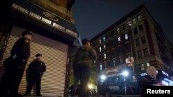 Polisi berjaga-jaga di dekat apartemen Dr. Craig Spencer, setelah ia dikukuhkan terinfeksi Ebola, di New York (23/10).