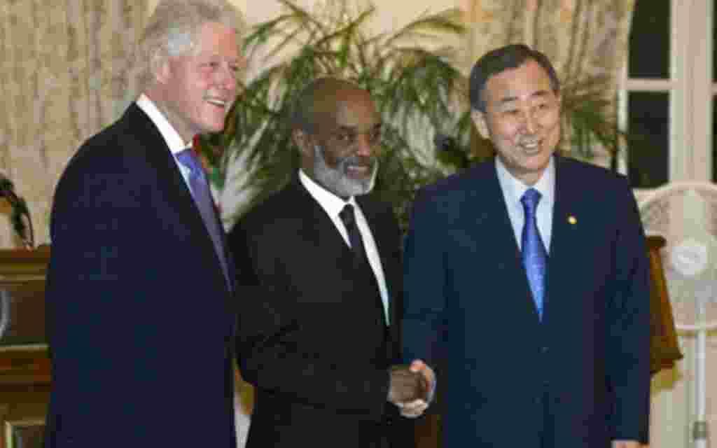 El Secretario General de las Naciones Unidas y el ex presidente de EE.UU, Bill Clinton, viajan con el artista Wyclef Jean a Haití, donde se reúnen con Rene Preval.