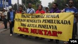 Perwakilan dari delapan kabupaten dan kota di Indonesia, yang tergabung dalam Forum Korban Putusan Mahkamah Konstitusi Berdaulat berunjuk rasa di depan gedung MK, meminta MK meninjau kembali seluruh putusan sengketa Pilkada, Kamis 24/10 (foto: Andylala/VO