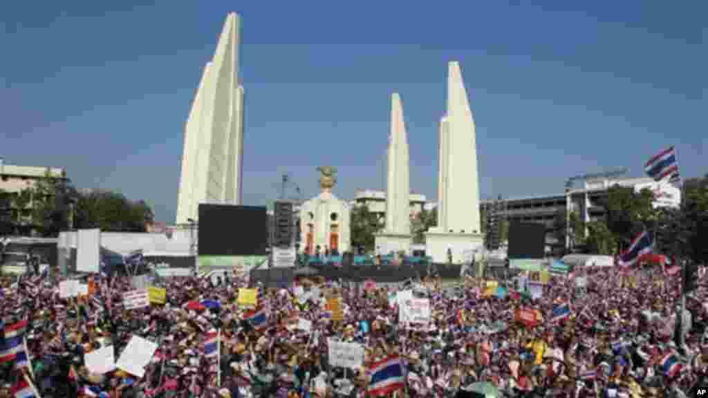 تجمع معترضان در کنار بنای یادبود دموکراسی - بانکوک، سیزدهم ژانویه