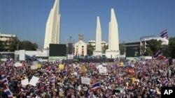 Puluhan ribu pendukung oposisi di Thailand melakukan unjuk rasa yang mengacaukan lalulintas di Bangkok Senin (13/1).