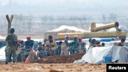 土耳其士兵在和敘利亞邊境附近的一個難民營站崗。