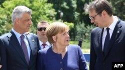 Arhiva - Predsednik Kosova Hašim Tači, kancelarka Nemačke Angela Merke i predsednik Srbije Aleksandar Vučić, razgovaraju pre zajedničkog fotografisanja tokom samita EU - Zapadni Balkan, u Sofiji, 17. maja 2018.