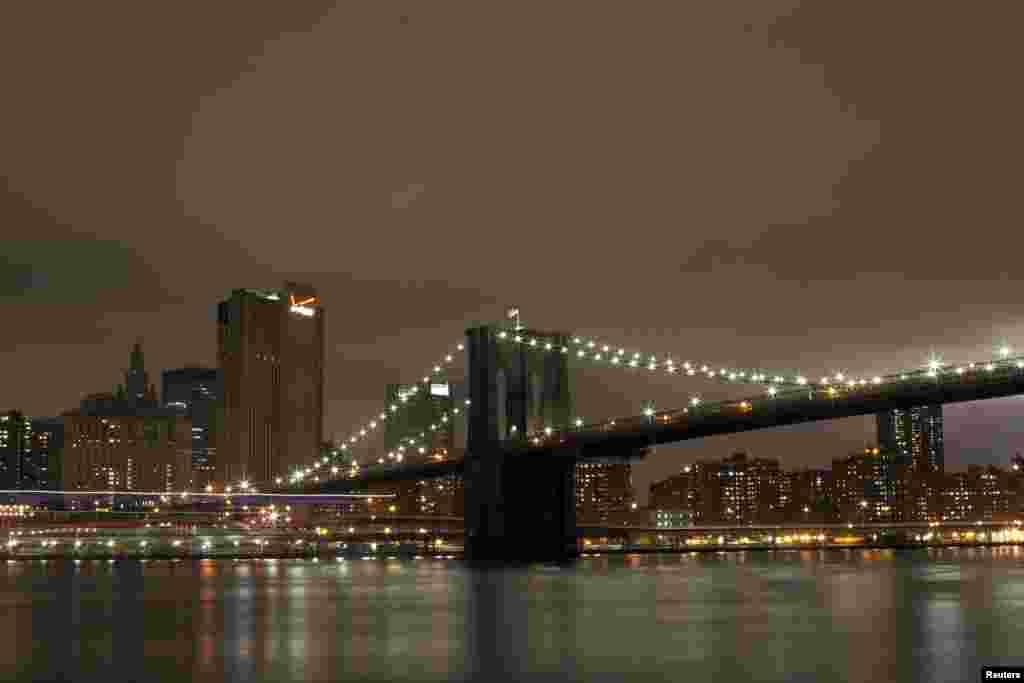 Puede salir de Manhattan y comenzar sus rutas por otros vecindarios asomándose al Puente de Brooklyn.