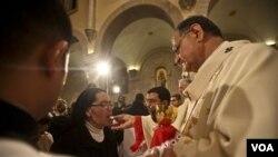 Uskup Agung Fouad Twal (kanan) pada acara misa malam Natal di gereja Nativitas Bethlehem, Sabtu pagi 25 Desember 2010.