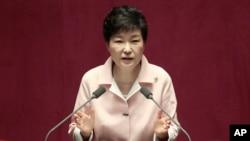 박근혜 한국 대통령이 13일 국회 본회장에서 열린 제20대 국회 개원식에서 연설하고 있다.