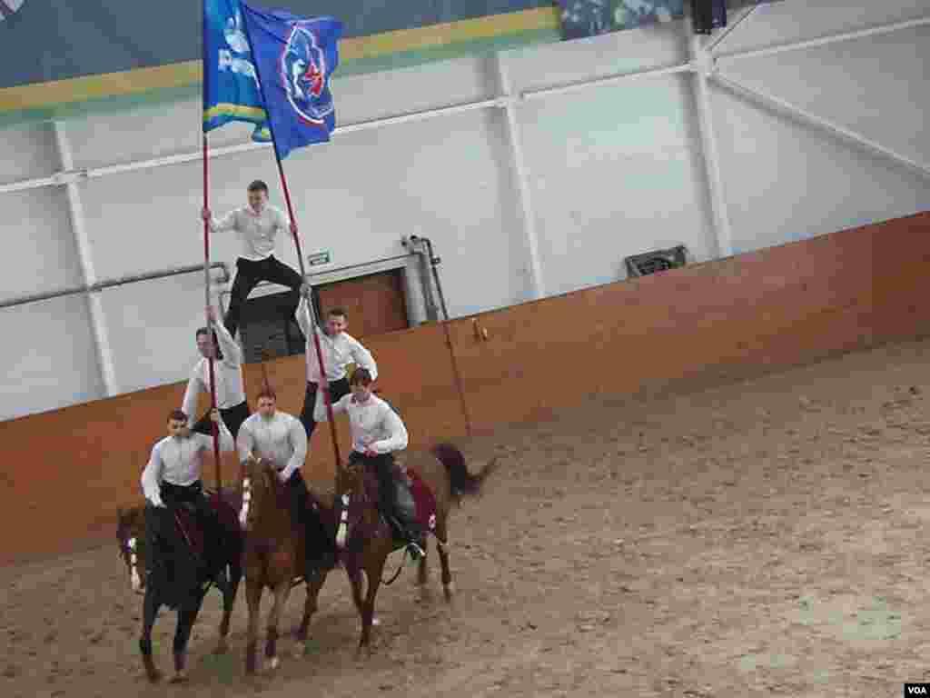 克里姆林宫骑术学校中的马术表演。