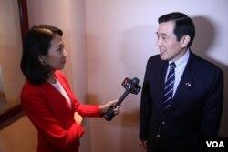 美国之音记者樊冬宁访问台湾前总统马英九 (美国之音乔栈拍摄)