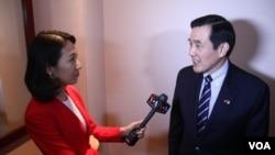 台灣前總統馬英九接受美國之音記者樊冬寧訪問 (美國之音喬棧拍攝)