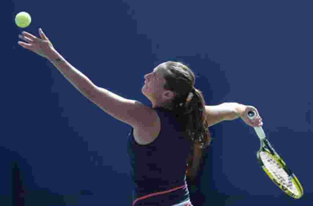 Roberta Vinci de Italia lanza para Alize Cornet de Francia durante el torneo de tenis Abierto de EE.UU. en Nueva York, jueves, 01 de septiembre de 2011. (AP Photo / Paul J. Bereswill)