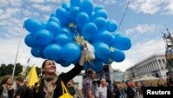 人们聚集在基辅独立广场庆祝乌克兰和欧盟签订了自由贸易协定。(2014年6月27日)