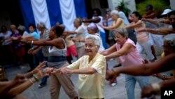 Para lansia melakukan senam bersama untuk menjaga kesehatan (foto: ilustrasi).