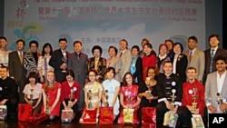 参加美国东部汉语桥比赛的学生与评审合影
